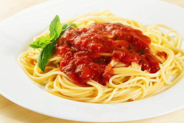 Apetitosos Spaghettis con Salsa Roja y Albahaca