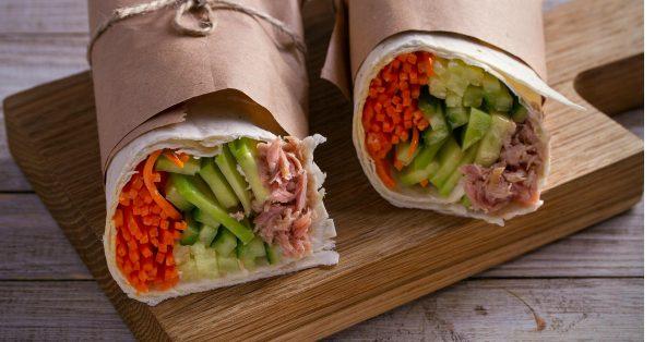 Tentadores Burritos con Atún, Vegetales y Salsa Especial