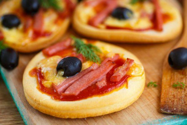Rápidas y Fáciles: Pizzetas con Jamón y Olivas Negras